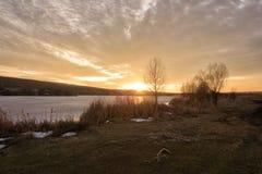 Coucher du soleil sur le lac congelé Photographie stock libre de droits
