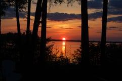 Coucher du soleil sur le lac cottage Images stock