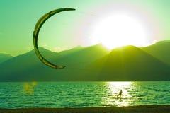Coucher du soleil sur le lac de como, kitesurf Photographie stock