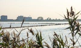 Coucher du soleil sur le lac de sel dans Pomorie, Bulgarie Image stock