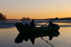 Coucher du soleil sur le lac en bois Images libres de droits