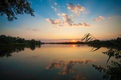 Coucher du soleil sur le lac en Roumanie Photographie stock libre de droits