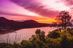 Coucher du soleil sur le lac et les montagnes sur Bali Images stock