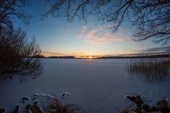 Coucher du soleil sur le lac figé Images libres de droits