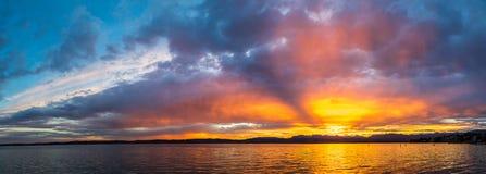 Coucher du soleil sur le lac garda en Italie Image libre de droits