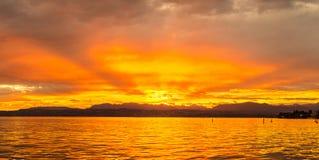 Coucher du soleil sur le lac garda en Italie Photos stock