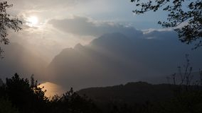 Coucher du soleil sur le lac garda en Italie dans une belle soirée de ressort photos libres de droits