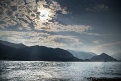 Coucher du soleil sur le lac italy Image stock