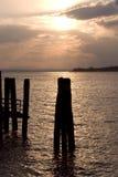 Coucher du soleil sur le lac Trasimeno en Ombrie Photographie stock libre de droits