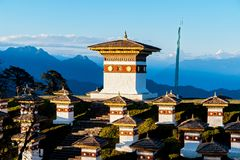 Coucher du soleil sur le passage de Dochula avec l'Himalaya à l'arrière-plan - Bhutan Photos stock