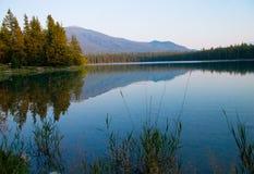 Coucher du soleil sur le petit lac Image stock