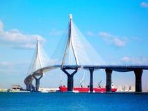Coucher du soleil sur le pont de la La Constitucion, appelé La Pepa, avec la mer de bateau à Cadix, l'Andalousie l'espagne images stock