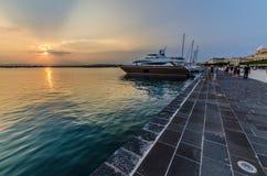 Coucher du soleil sur le port d'Ortigia Syracuse image libre de droits
