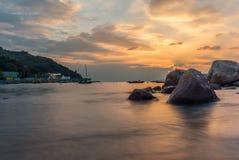 Coucher du soleil sur le port de l'île de Lamma - 3 images stock
