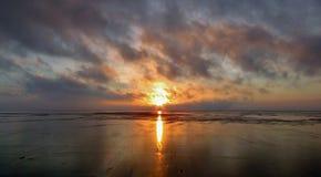 Coucher du soleil sur le rivage Photo libre de droits