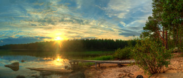 Coucher du soleil sur le rivage du lac Photos libres de droits