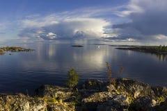 Coucher du soleil sur le rivage du lac Ladoga Photo stock