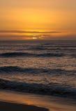 Coucher du soleil sur le rivage du nord d'Oahu Image stock