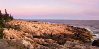 Coucher du soleil sur le rivage rocheux Photo stock