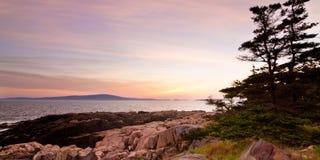 Coucher du soleil sur le rivage rocheux Image libre de droits