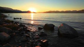 Coucher du soleil sur le rivage rocheux d'un lac de montagne mongolia Houghton Lake banque de vidéos