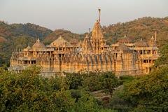 Coucher du soleil sur le temple Jain chez Ranakpur Images libres de droits