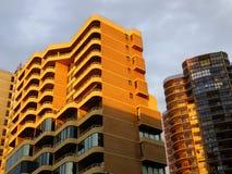 Coucher du soleil sur les appartements ayant beaucoup d'étages Image stock