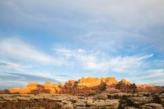 Coucher du soleil sur les flèches et les ailerons oranges de roche Image libre de droits