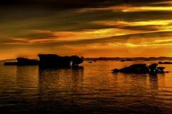 Coucher du soleil sur les icebergs Image stock