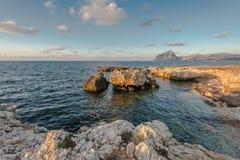 Coucher du soleil sur les roches image stock
