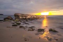 Coucher du soleil sur les roches Photographie stock libre de droits