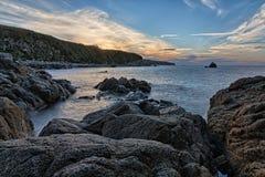 Coucher du soleil sur les roches Photo stock