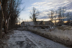 Coucher du soleil sur les ruines des emplacements du défense aérien S-75 et x22 ; Dvina& x22 ; Photo libre de droits