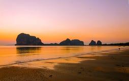 coucher du soleil sur Pak Meng Beach, Trang Thaïlande Photographie stock libre de droits