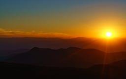 Coucher du soleil sur rocailleux photo stock