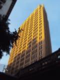 Coucher du soleil sur un bâtiment images libres de droits