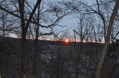 Coucher du soleil sur un ciel bleu d'arête grande à l'arrière-plan arbres dans l'avant comme silouette image stock