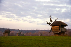 Coucher du soleil sur un fond des moulins à vent authentiques, Pyrohiv, Ukraine Photo libre de droits