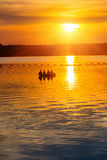 Coucher du soleil sur un lac Image libre de droits