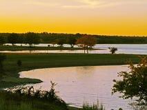 Coucher du soleil sur un lac images stock
