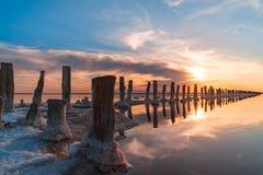 Coucher du soleil sur un lac de sel rose, une ancienne mine pour l'extraction de photo stock