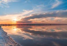 Coucher du soleil sur un lac de sel rose, une ancienne mine pour l'extraction de photos stock