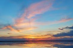 Coucher du soleil sur un lac de sel rose, une ancienne mine pour l'extraction du sel rose rangée des chevilles en bois envahies a photos libres de droits