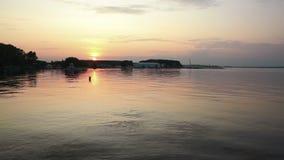 Coucher du soleil sur un petit lac banque de vidéos