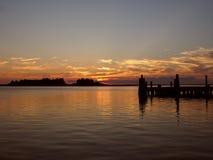 Coucher du soleil sur un pilier chez Crisfield, le Maryland Image stock
