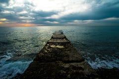 Coucher du soleil sur un pilier en pierre photo libre de droits