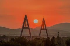 Coucher du soleil sur un pont moderne, vue industrielle Photo stock