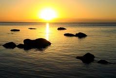 Coucher du soleil sur une île tropicale Photographie stock