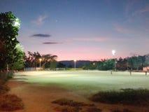 coucher du soleil sur une cour de saleté photo libre de droits