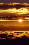 Coucher du soleil sur une mer des nuages Photo stock